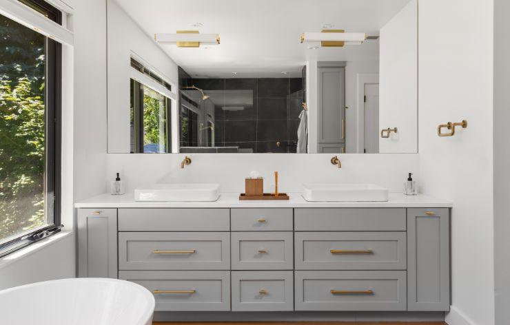 Large modern bathroom with wall mirror